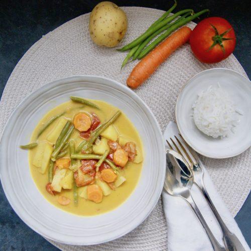 Curry aux haricots verts, petits pois et carottes