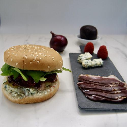 Hamburger au canard fumé et chutney de betteraves rouges aux framboises