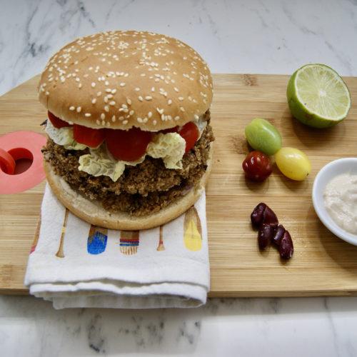 Burger au quinoa et haricots rouges, sauce tahini
