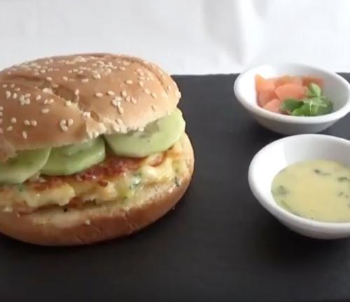 Burger avec galettes de pommes de terre et saumon fumé