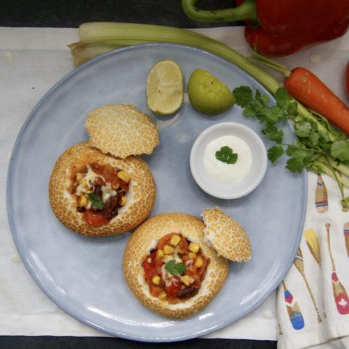 Petits pains ronds farcis au chili végétarien